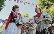 Folklore aus verschiedenen Nationen erwartet die Besucher wieder. (Archivbild: Max Eichenberger)