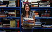 Sara Grob inmitten ihrer Bücher: Auf 27 Regale verteilt warten bei buchplanet.ch rund 30 000 Secondhand-Bücher auf neue Besitzer. (Bild: Michel Canonica)