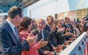 In der Sonderschau des Olma-Gastlandes Liechtenstein: Bundesrat Ueli Maurer und die Delegation des Fürstentums spielen mit Hilfe von Bohrmaschinen die liechtensteinische Nationalhymne. (Bild: Hanspeter Schiess)
