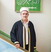 Der Frauenfelder Imam Sami Misimi im Gebetsraum auf der Mimbar, dem Predigtstuhl in der jetzigen Moschee an der Gewerbestrasse 3.