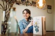 """Die Kochkünste der Nonna für die Nachfahren gesichert: Mélanie Hangartner mit ihrem Buch """"La cucina della nonna"""". (Bild: Michel Canonica)"""