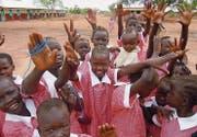 Manchmal scheitert der Schulbesuch am simplen Umstand, dass die Mädchen keine Uniform haben. UTS stellt ihnen diese zur Verfügung.