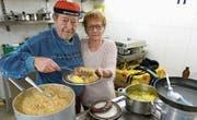 In der Küche: Chefkoch Jörg Kessler und seine Ehefrau Silvia füllen anständige Portionen auf die Teller. (Bild: Kurt Lichtensteiger)