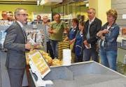 Andrea Sutter, Bereichsleiter Verkauf Volg (l.), am Eröffnungsabend. Anwesend war auch Gemeindepräsident Beat Weibel (2. v. r.). (Bild: che)