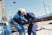 Vorstoss in die Tiefe: Arbeiter setzen die Bohrstangen zusammen, Schlattingen 2011. (Archivbild: Donato Caspari)