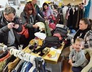 Der junge Verkäufer hat Spass, während interessierte Besucher stöbern. (Bilder: Christoph Heer)