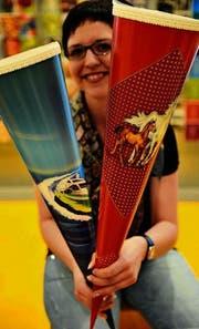 Ladenleiterin Nicole Knaus zeigt in der Frauenfelder Papeterie Witzig zwei Varianten von Schultüten. (Bild: Reto Martin)