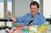 Gemeinderat Beat Bachmann zeigt einen Sack voll rezykliertem Kunststoff-Granulat. Dieses wird aus gesammelten Plastikabfällen gewonnen. (Bild: Basil Höneisen)