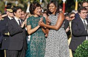 Agnese Landini und Michelle Obama in St. Galler Stickereien. (Bild: AP)