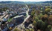 Auf der rechten Seite der Waldeggstrasse befinden sich die drei Liegenschaften, welche der Gemeinderat veräussern will – im Vordergrund der Werkhof. (Bilder: Olaf Kühne)