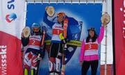 Hat allen Grund zu strahlen: Lorina Zelger (Mitte) hat am Dienstag bereits ihr drittes FIS-Rennen der Saison gewonnen. (Bild: PD)