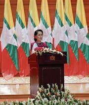 Aung San Suu Kyi (72) bei ihrer mit Spannung erwarteten Rede gestern in Naypyidaw. (Bild: Hein Htet/EPA)