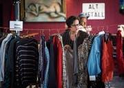 Eine Besucherin sucht am «Walk-in-closet» im «Dreiegg» nach einem passenden Kleidungsstück. (Bild: Reto Martin)