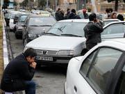 Angehörige der Passagiere des abgestürzten iranischen Flugzeugs warten auf Neuigkeiten. (Bild: KEYSTONE/EPA/ABEDIN TAHERKENAREH)