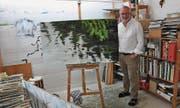Markus Diener und die Spiegelung an der Quelle des Doubs. (Bild: Lisa Wickart)