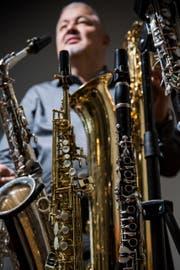 Verschiedene Saxophone und Klarinetten: Andreas Übleis ist ein blasmusikalisches Multitalent. (Bild: Mareycke Frehner)