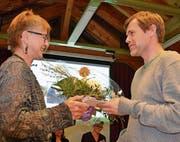 Meja Kölliker, Präsidentin der Sekundarschule, überreicht Lehrer Alexander Bächle ein Geschenk zum 15-Jahr-Jubiläum als Klassenlehrer. (Bilder: Margrith Pfister-Kübler)