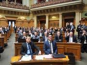 Sitzt innerhalb der SVP-Fraktion an exponierter Lage: David Zuberbühler (rechts). (Bild: Karl-Heinz Hug)
