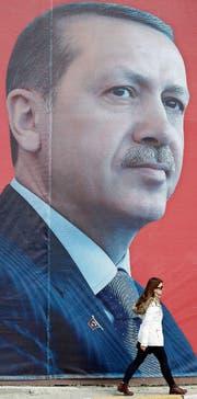 Ein riesiges Plakat in Istanbul zeigt das Porträt des türkischen Präsidenten Recep Tayyip Erdogan. (Bild: Sedat Suna/EPA (Istanbul, 10. April 2017))