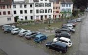 Der Hofplatz in der Altstadt soll zur Blauen Zone werden und künftig weniger Parkplätze aufweisen. (Bild: Georg Stelzner)
