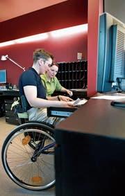 Zwei Angestellte arbeiten an einer Hotelrezeption in Basel. (Bild: Gaetan Bally/KEY (20. März 2006))
