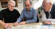 Machen sich für einen Entlastungsstollen unter dem Zuzwiler Kirchhügel stark: Rudolf Peter, Iso Karrer und Peter Link von der zehnköpfigen Ad-Hoc-Gruppe. (Bild: Simon Dudle)