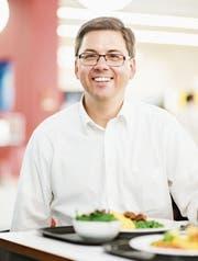 Polenta mit Fleischvögeln und Gemüse, dazu einen Menusalat: Alexander Salzmann sitzt im Restaurant Pionier im Axa Superblock in Winterthur vor seinem Mittagessen. (Bild: Thi My Lien Nguyen)