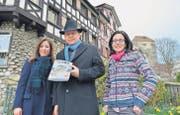 Vor den Untertor-Häusern, die das Cover eines Tourismusbuches aus Korea über die Schweiz zieren: Novella und John Moetteli, Monique Tomaselli. (Bilder: Max Eichenberger)
