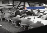 Szene aus dem Mafia-Treffen in den Räumen des Boccia-Clubs in Wängi. Das Treffen wurde von der Polizei heimlich gefilmt. Die Unterhaltung drehte sich um Blut und Ehre, aber auch um Drogengeschäfte. (Bild: Carabinieri di Reggio Calabria)