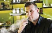 Stefan Meile hat wenig Verständnis dafür, dass die Behörden nikotinhaltige E-Zigaretten verboten haben. (Bild: Donato Caspari)