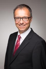 Der 52-jährige Unternehmer Thomas Rauber ist CEO und Managing Partner der TR Invest AG. Zuvor war er CFO und stellvertretender Direktor der Meggitt SA. Er ist seit 2011 im Grossrat des Kantons Freiburg und in der kantonalen Arbeitgeberkammer. Ausserdem ist er Verwaltungsratspräsident der Raiffeisenbank Freiburg Ost. (Bild: Keren Bisaz)
