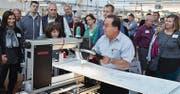 Giuseppe Napoletano kontrolliert im Bernina-Werk die Nähmaschine Q 24 unter Beobachtung durch die Gäste aus den USA. (Bild: PD)