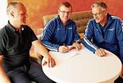 Da war die Welt noch in Ordnung: Andi Alder (Mitte) unterschrieb im Beisein von Sportchef Ivo Nater (links) und Peter Sommer den Trainervertrag. (Bild: Urs Nobel)