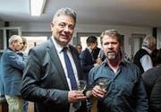 Gemeindepräsident Kurt Baumann und Gewerbepräsident Markus Kopp stossen auf das neue Jahr an. (Bild: PD)