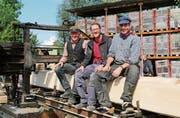 Freude am Holz: Jörg Schweizer, Jürg Rutishauser und Martin Obrist mit der historischen Säge. (Bild: Hana Mauder Wick)
