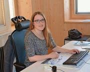 Luftgewehr-Schweizer-Meisterin Mirjam Künzli an ihrem Arbeitsplatz im Nesslauer Gemeindehaus. (Bild: Beat Lanzendorfer)
