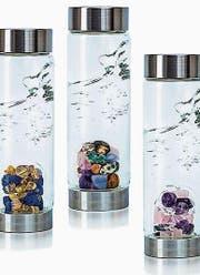 Wasserflaschen mit integrierten Steinen von Vitajuwel.