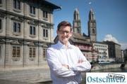 """""""Man ist in einem gewissen Sinne freier"""": Hans-Jakob Boesch auf der Rathausbrücke in Zürich. (Bild: Ralph Ribi)"""