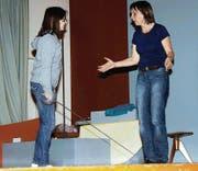 Erwachsene und Kinder üben mit grossem Engagement fürs Märchentheater «Der Teufel mit den drei goldenen Haaren». (Bilder: Livia Büchler)