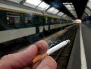 Vielleicht bald verboten: Rauchen an Schweizer Bahnhöfen. (Symbolbild/KEYSTONE/Steffen Schmidt)