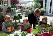 Nachwuchsförderung: Jacqueline Rutishauser hilft den Kindern beim Gestalten der Blechbüchsen. (Bild: Christine Luley)