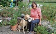 Lehrerin Erika Schmidhauser mit ihrem Hund Amigo. (Bild: Monika Wick)