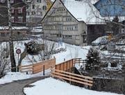 Hinter der Brücke verläuft der Jakobsweg über ein privates Grundstück. Der Besitzer möchte das öffentliche Fusswegrecht aufheben. (Bild: MC)