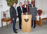 Schreiner Michael Schreiber, Kirchenpräsident Holger Stiegler, Pfarrer Timo Garthe mit Ehefrau Manuela Garthe. (Bild: Manuela Olgiati)