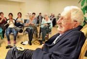 Georg Smits erzählte aus seinem Leben und brachte die Besucher der Lesenacht zum Lachen. (Bild: Max Eichenberger)