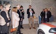 Mitglieder des Quartiervereins Huben besichtigen unter der Leitung von Kapo-Mediensprecher Matthias Graf das Polizeikommando. (Bild:PD)