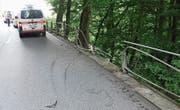 Über diese Stützmauer ist das Fahrzeug hinuntergestürzt. Die Insassen wurden leicht verletzt. (Bilder: Kapo)
