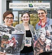 Ursi Rieder (links) und Anna Jäger (rechts) vom Alterszentrum zeigen mit Anina Flury von «Radeln ohne Alter» einige Impressionen von solchen Events an anderen Orten. (Bild: Donato Caspari)