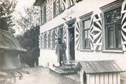 Hoher Besuch in Herisau: Oberstdivisionär Emil Sonderegger unter der Tür seines Hauses «Schlössli Steinegg» beim Verabschieden von General Wille, um 1920. (Bild: Museum Herisau)