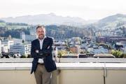 Ausblick über die ganze Stadt: Daniel Lehmann auf dem Hochhausdach des Gymnasiums Friedberg. (Bild: Mareycke Frehner)